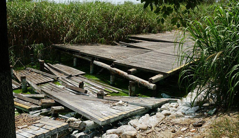 无锡太湖沿岸湿地公园景观木栈道遭水淹后损坏严重