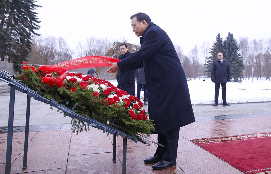 李克强向圣彼得堡比斯卡廖夫公墓纪念碑献花圈