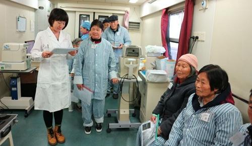 资阳白内障患者接受健康快车医务人员检查。