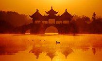 《日出五亭桥》 摄影:周峻