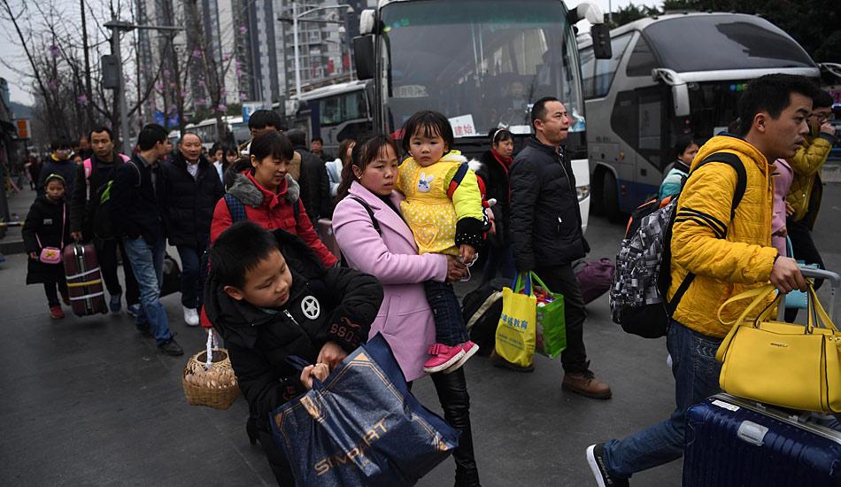 重庆外出务工人员踏上节后返程路
