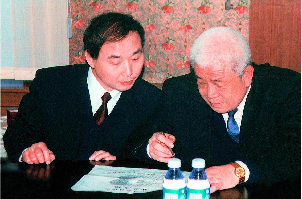 成立之初,北京银行首任董事长何恒昌与现任董事长、时任行长闫冰竹共商发展大计。