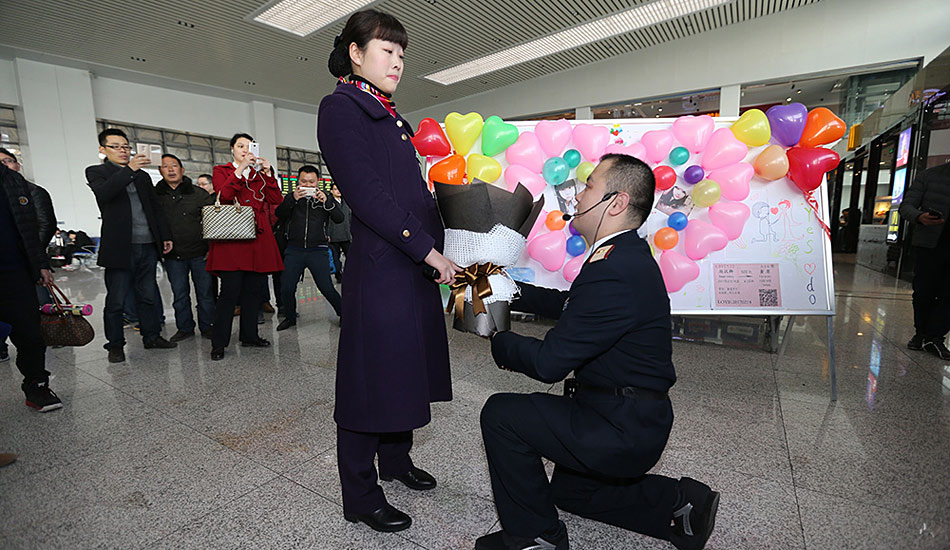 """南京火车站""""春运铁路人""""的浪漫情人节"""