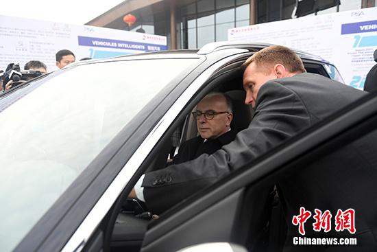 2月23日,法国总理卡泽纳夫观看法国雷诺及标致雪铁龙集团概念车展示,并听取法方工作人员的讲解。 中新社记者 张畅 摄