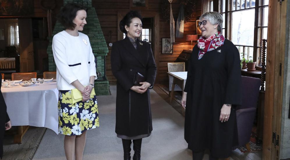 彭丽媛参观西贝柳斯故居博物馆