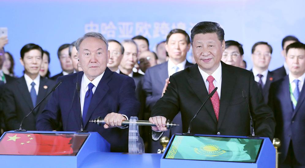习近平同纳扎尔巴耶夫参观世博会中国国家馆