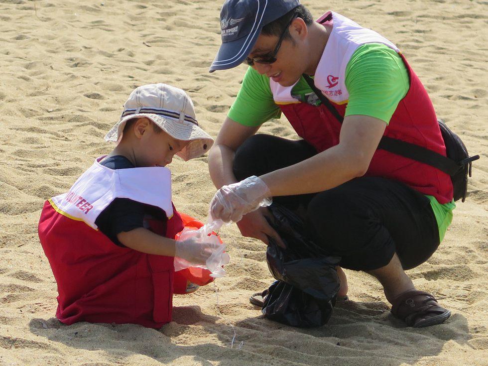 2014年11月,海航团委组织海航志愿者前往海口白沙门公园清理海滩垃圾。