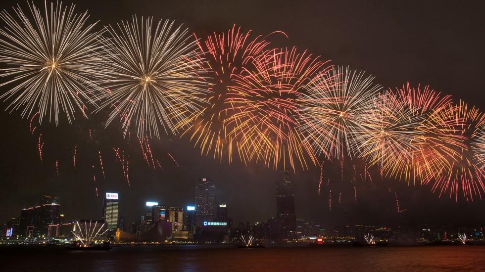 庆香港回归祖国20周年 近四万枚烟花照亮维港夜空