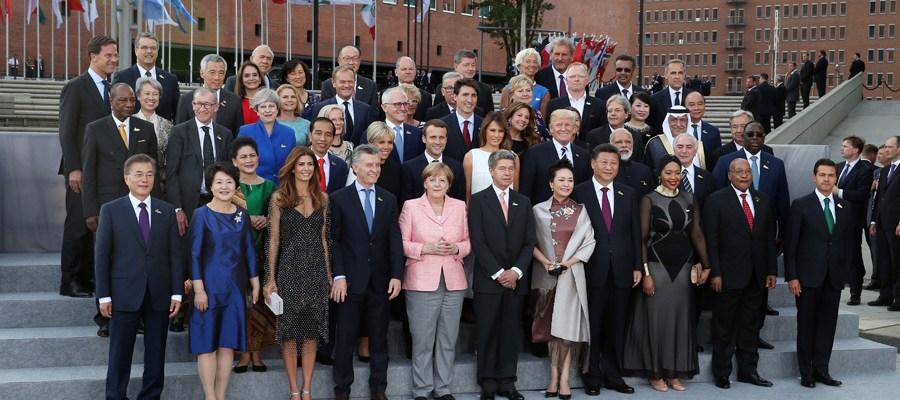G20峰会与会领导人及配偶集体合影