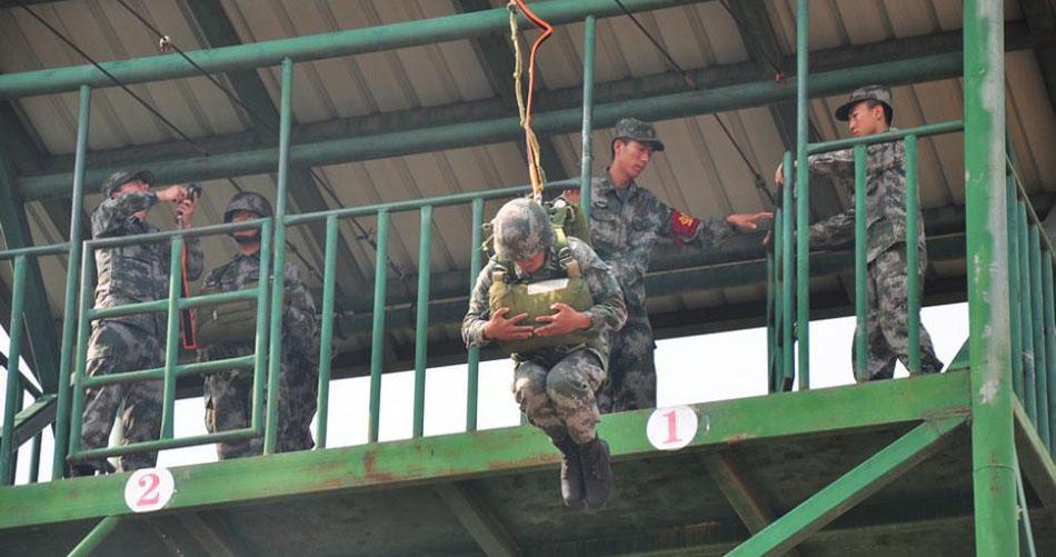 直击第78集团军某特战旅官兵伞降模拟训练