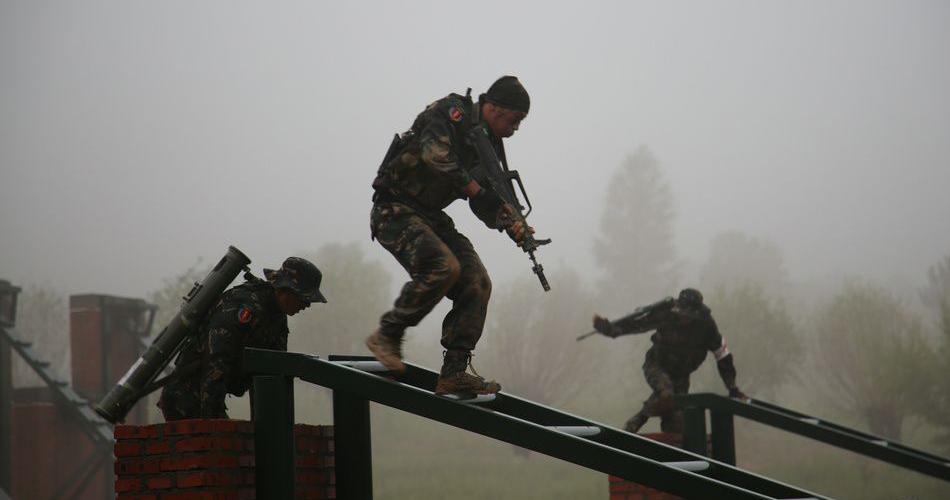 瓢泼大雨中 每一名特战队员都是一尊雕像