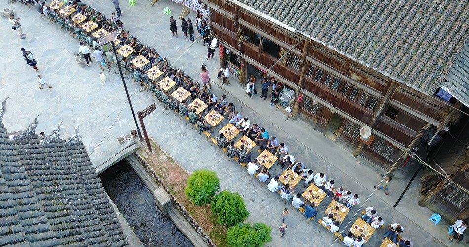 贵州从江邀请退伍军人摆长桌宴 庆建军90周年