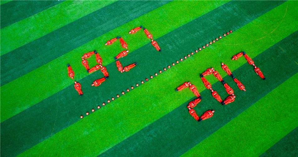 甘肃武警官兵航拍创意造型庆祝建军节