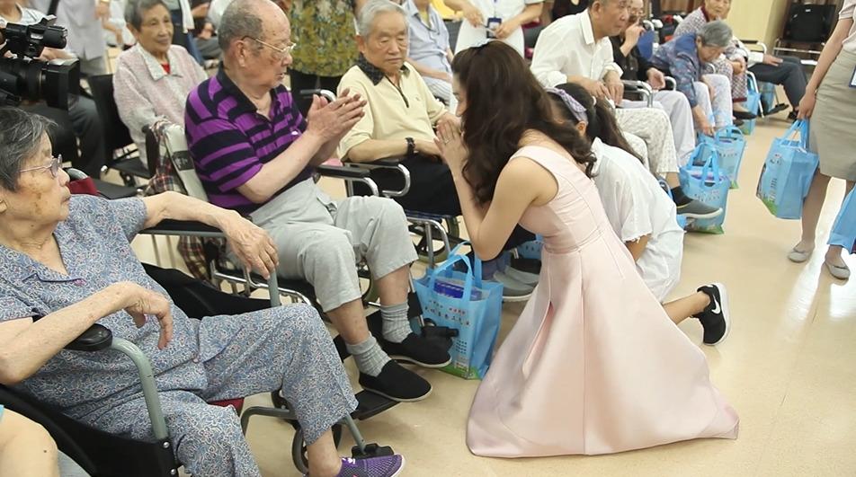 太极藿香亚洲推广大使――阿美娜问候敬老院老人