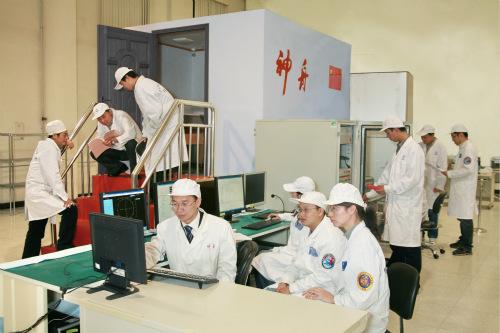 图为中国航天员在模拟室内训练太空交会对接。中国航天科技集团公司五院502所飞船工程组供图