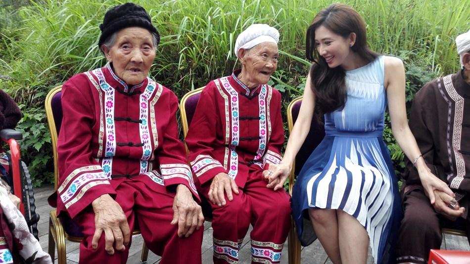 林志玲在太极水源地与百岁老人亲切交流