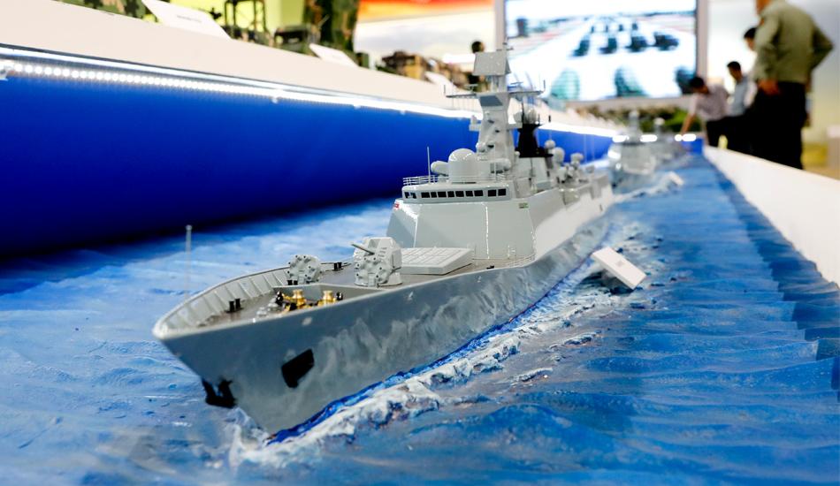 """""""砥砺奋进的五年""""大型成就展上的军舰模型"""