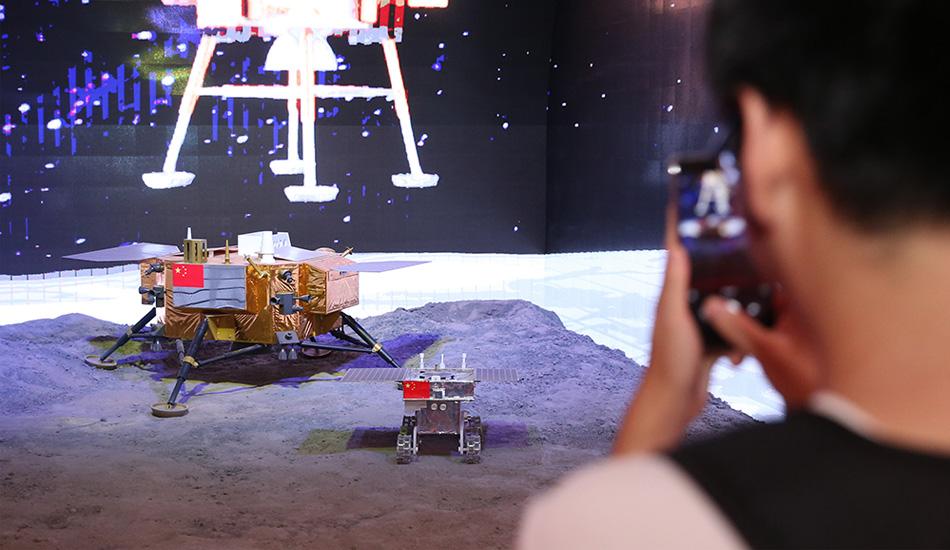 """""""砥砺奋进的五年""""大型成就展 观众参观'嫦娥三号'模型"""