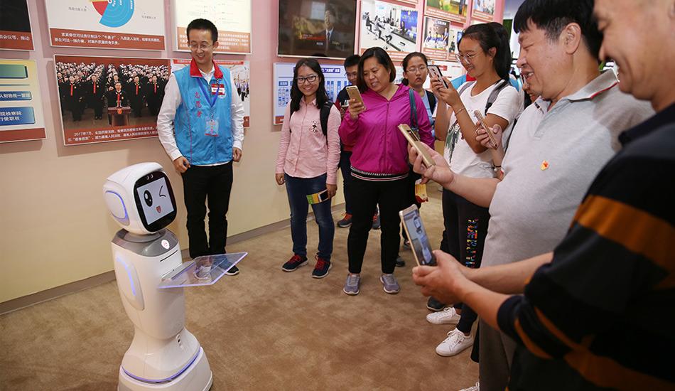 """""""砥砺奋进的五年""""大型成就展 观众与机器人互动"""