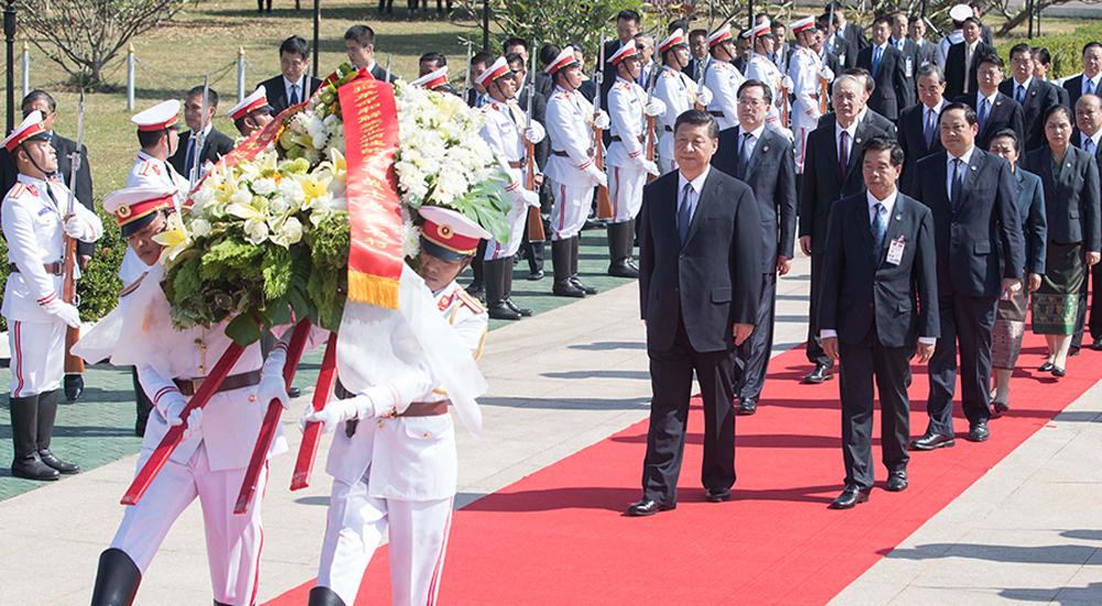 习近平向老挝无名战士纪念碑敬献花圈