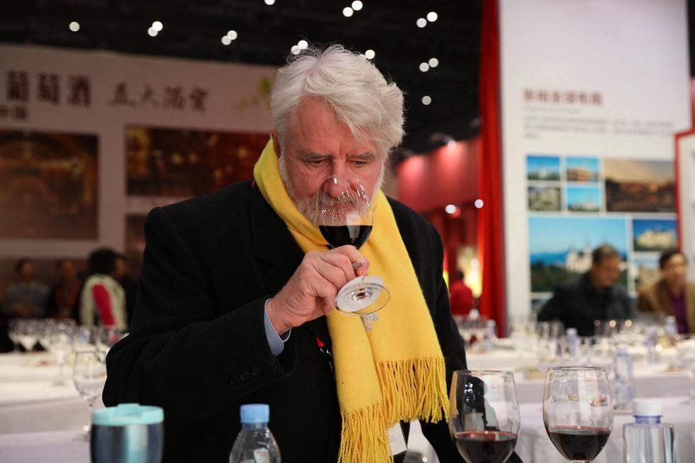 世界葡萄酒大师罗伯特・盖蒂斯品尝张裕葡萄酒。