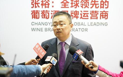 张裕公司副总经理孙健接受媒体采访。