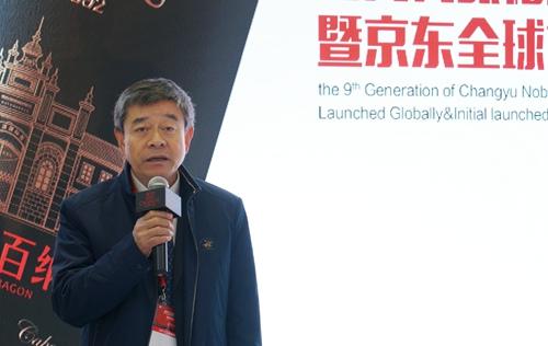 中国酒业协会理事长王延才现场品评张裕解百纳产品。