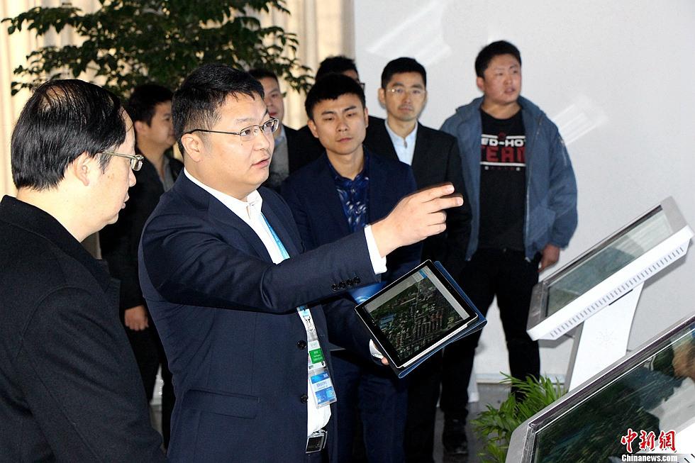 仁光创始人兼董事长谭登峰向与会人员介绍智能界面