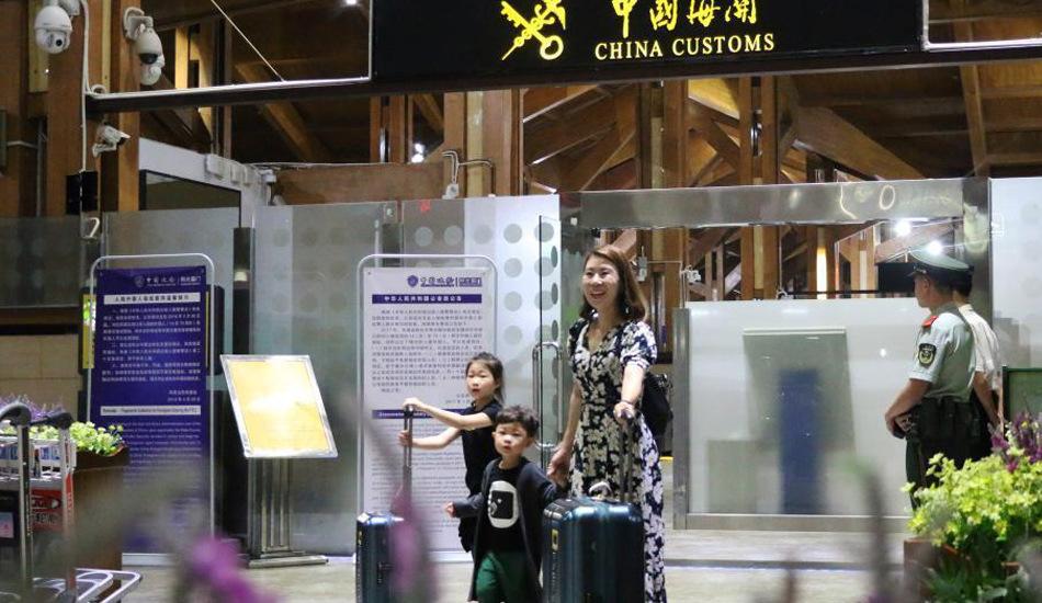 """海南实施""""59国免签新政"""" 首批免签韩国游客抵三亚"""