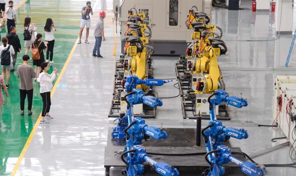 机器人厂房内集体跳舞