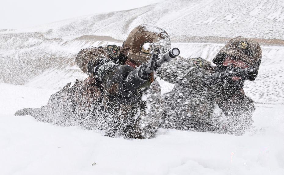西藏阿里边防连雪场拉练