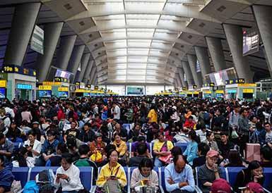 国庆假期最后一天 多地迎返程客流最高峰