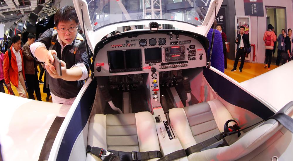 小型飞机座舱吸引观众