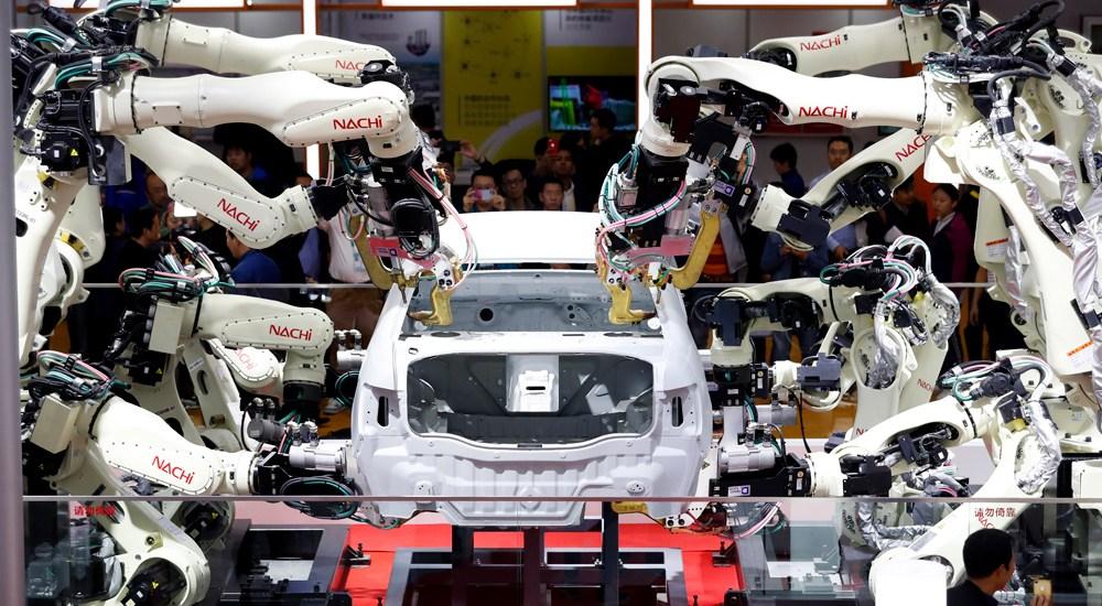 高密度汽车点焊生产线机器人吸引观众驻足