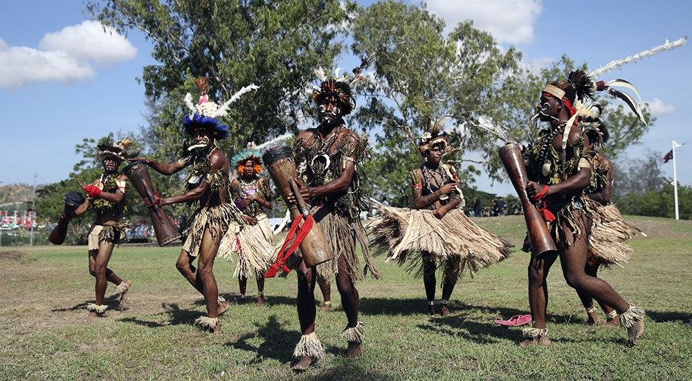 身着传统服饰的巴布亚新几内亚部落原住民