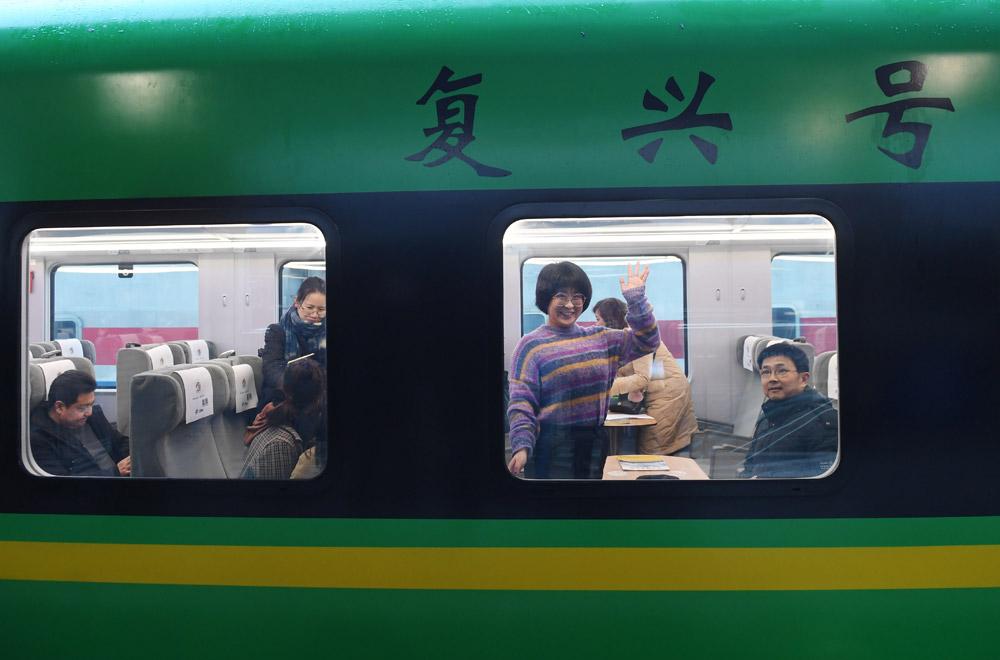 """兰渝铁路首开""""复兴号""""动车组列车"""
