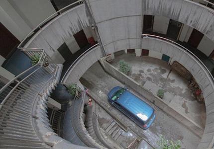 重庆除了轻轨穿楼还有汽车穿楼