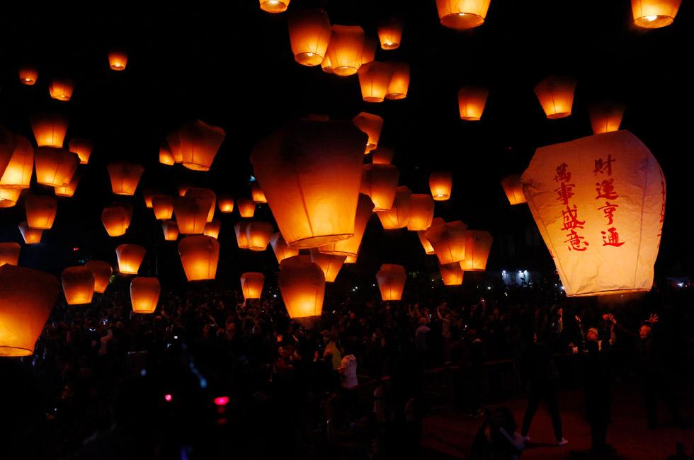 台湾新北举办平溪天灯节