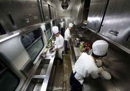 """探访春运列车""""移动厨房"""" 盒饭制作全过程"""