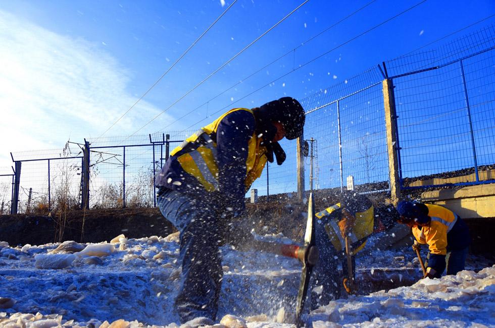 沈铁工人零下30℃水中除冰保春运