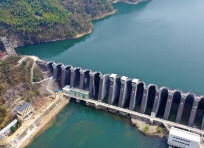 春看新中国第一坝 满山翠绿成山水画卷
