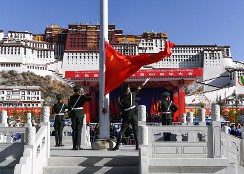 布达拉宫广场举行升国旗仪式