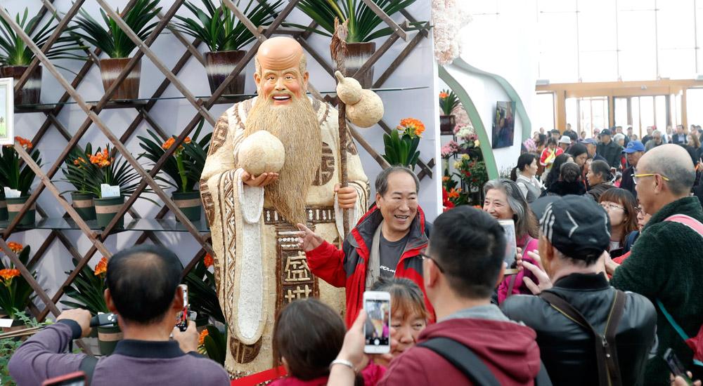 世园会正式对公众开放 市民畅游中国馆