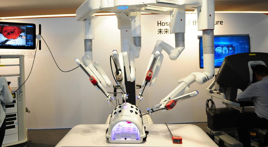 第四代达芬奇手术机器人亮相2019夏季达沃斯