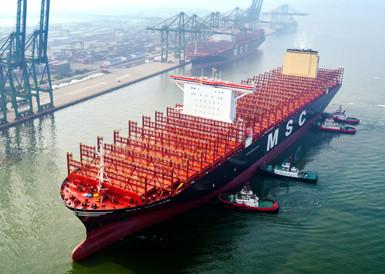 世界载箱量最大集装箱船首航