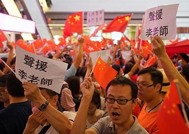 香港市民在淘大商场高唱国歌声援李老师