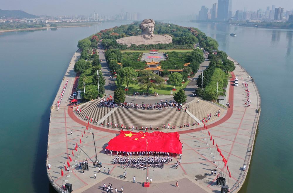 千名师生代表长沙橘子洲头升国旗唱国歌