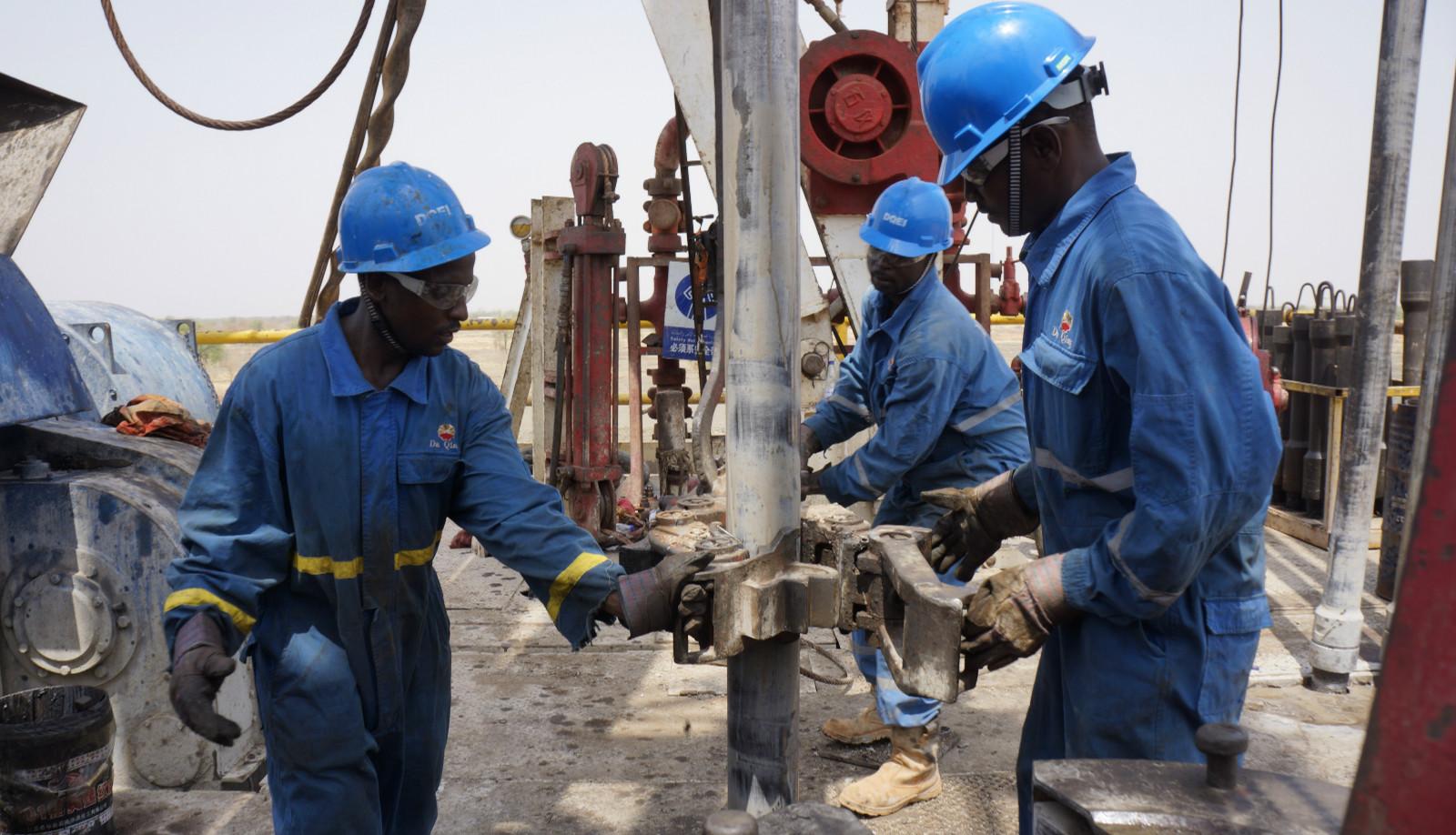加快走出去步伐,推动油田振兴发展,图为钻井队在苏丹的施工现场。