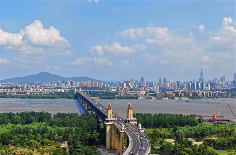 长江南京段江面上的桥