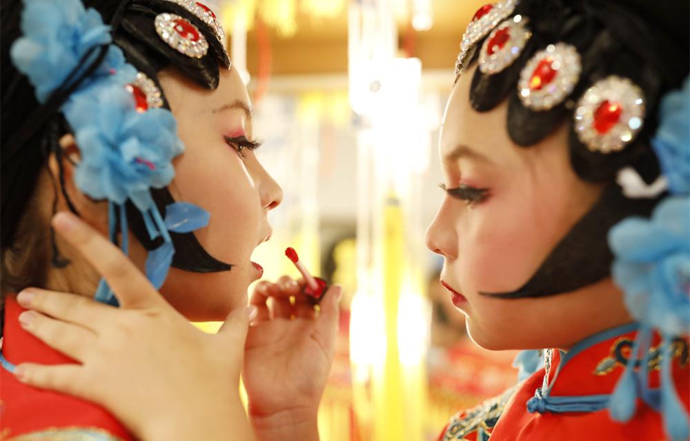爱唱京剧的混血姐妹花